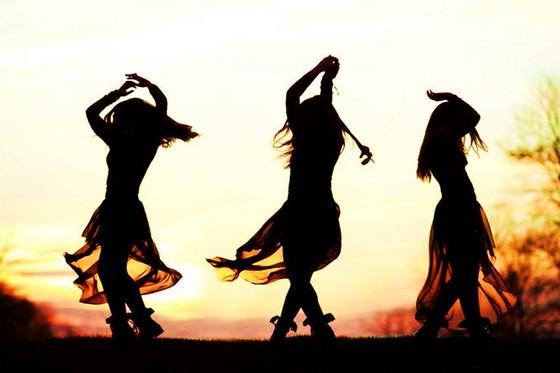 éveil spirituel et kundalini d'une femme qui danse au coucher du soleil