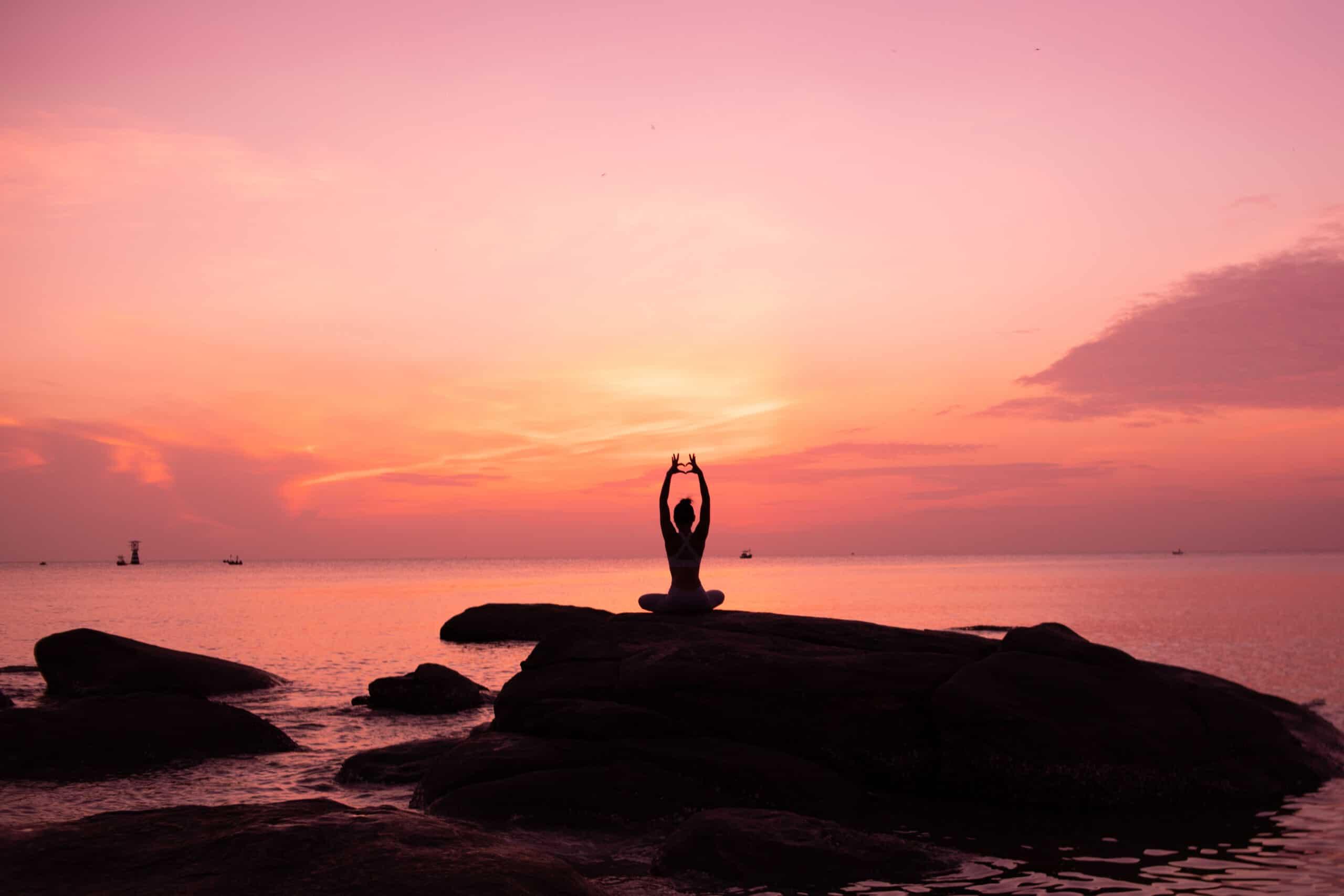 montée de kundalini grâce à la méditation sur un rocher en face de la mer