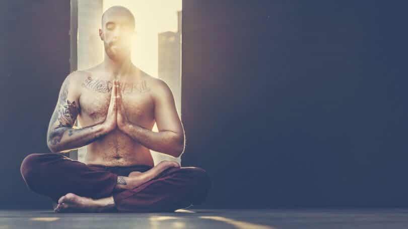 homme en méditation kundalini