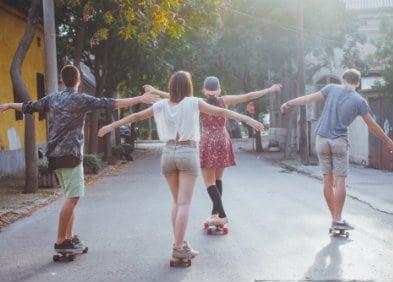 la montée de kundalini est comme la puberté, 4 adolescents en roller